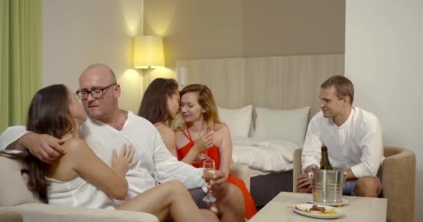 zwei Lesben küssen und gehen ins Bett mit Mann, heterosexuelle paar flirtet