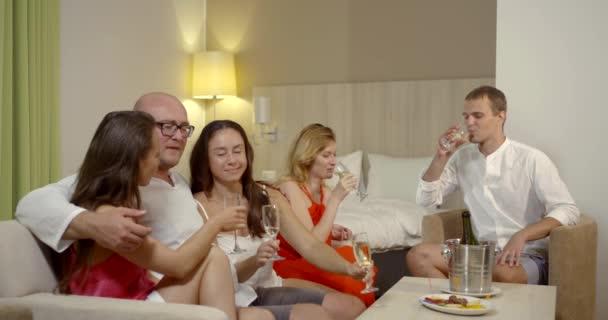 sexuelle Party von zwei Männern und drei Frauen, Sex auf dem Bett, flirten, Champagner trinken