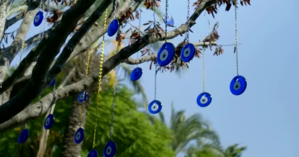 antichi amuleti nazars utilizzare per scongiurare locchio malvagio nel cortile di casa, appeso allaperto sullalbero