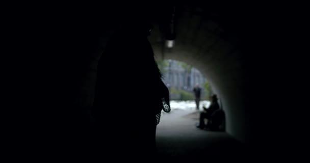 Romantische Tanzpaare stehen im Sommer unter Brücke im Tunnel der Stadt