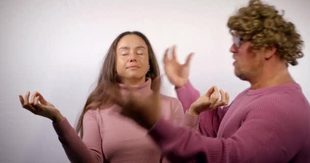 brunetka se při hádce se svým manželem drží v tichosti a medituje, člověk křičí
