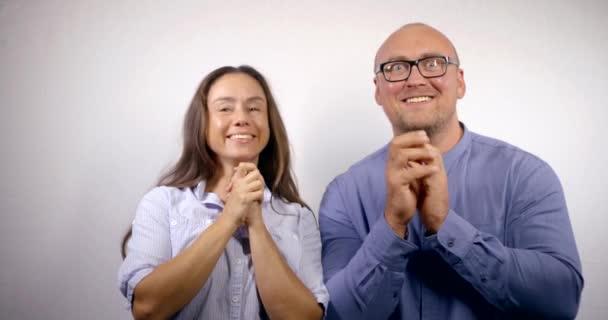 zábavný muž a žena symbolizují úžas, úžas a radost, dívají se na kameru