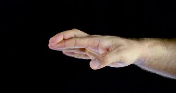 muž překřížuje prsty na dlaň a otáčející se ruce, pohled na klošup