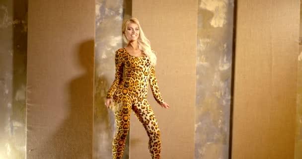 sexy blondes Model Mädchen trägt Body mit Leopardenmuster spielt mit Schwanz, steht drinnen