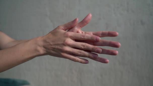 női kéz gesztikulál, közelkép szabadban napfény, nő mozog tenyér