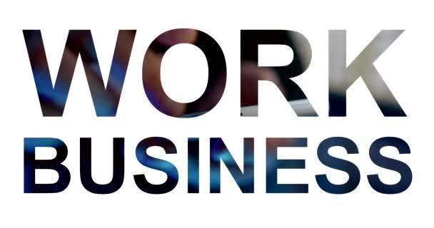 Slova pracují a obchodují na bílém pozadí. Průhledná písmena zblízka ruky s mobilním telefonem