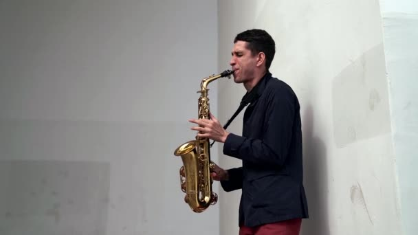 street zenész játszik szaxofonon, jazz zene és improvizáció szabadban