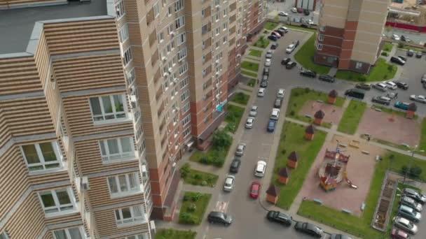 letecký záběr moderní obytné čtvrti ve městě, současné vysoké obytné domy pro obyvatele měst