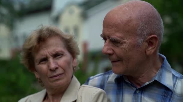 idős házastársak mosolyognak egymásra nézve, idős férfi és nő portréja