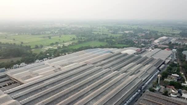 Rakat a raktárban logisztikai tevékenység a gyár a targonca szállítás drone légi nézet.