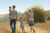 šťastná rodina o povaze dětí spočívá na silničním pozadí