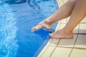 krásné nohy dívky v blízkosti bazénu na moři backgro