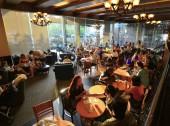 Thajsko - cca 2013: Dav lidí jíst svačiny a pití kávy při posezení v kavárně.