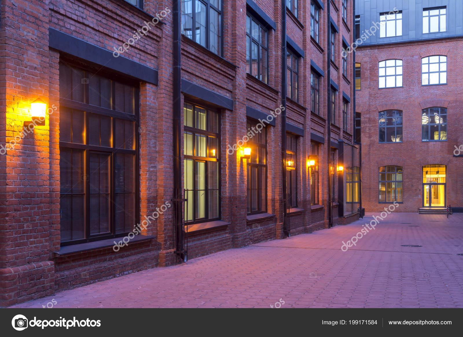 vue nuit bâtiment industriel bureaux modernes style loft situés dans
