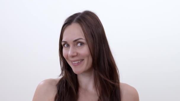Mosolygós barna nő, feje balra és jobbra fordult portréja. Keresi a kamera. Elszigetelt fehér background.
