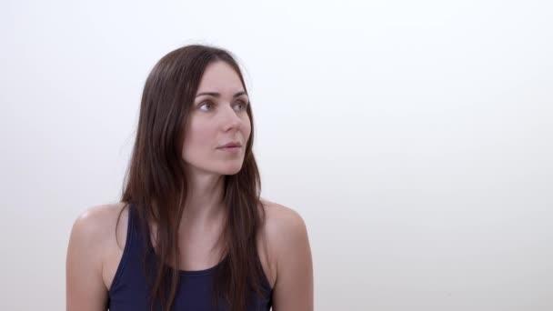 Portrét ženy, překvapený. Izolované na bílém pozadí
