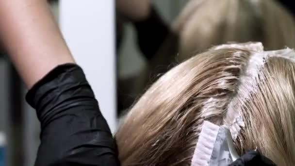 Saç Boyama Renk Fırça Kullanarak Saç Köklerine Uygulama Portre