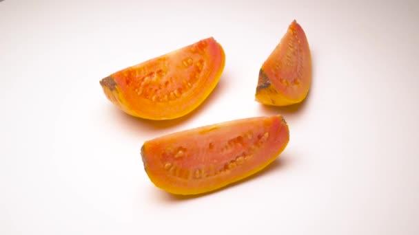 Tři zralé guava plátky jablek. Otočení na točnu izolovaných na bílém pozadí. Detail. Makro