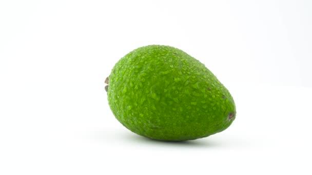 Jeden celý guavasteen ovoce s vodou kapky. Pomalu se otáčející na gramofonu izolovaných na bílém pozadí. Zblízka. Makro
