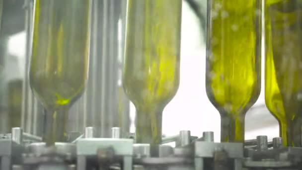Automatické stáčení vína výrobní linky. Čištění zelených lahví před plněním s bílým vínem. Detail