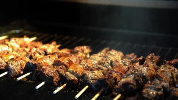 Šťavnaté maso grilovací špejle (Churrasquinho, espetinho) zblízka.