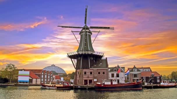 Adriaan větrný mlýn v Haarlem Nizozemsko při západu slunce