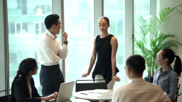 Podnikatelé se o projektu v moderní kanceláři