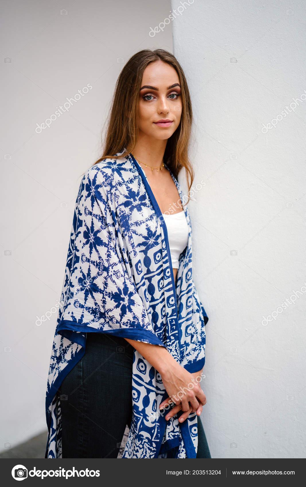 6c82202b29c5 Mladá Žena Modelka Top Bez Ramínek Džínách Modrý Šátek Pózuje– stock obrázky