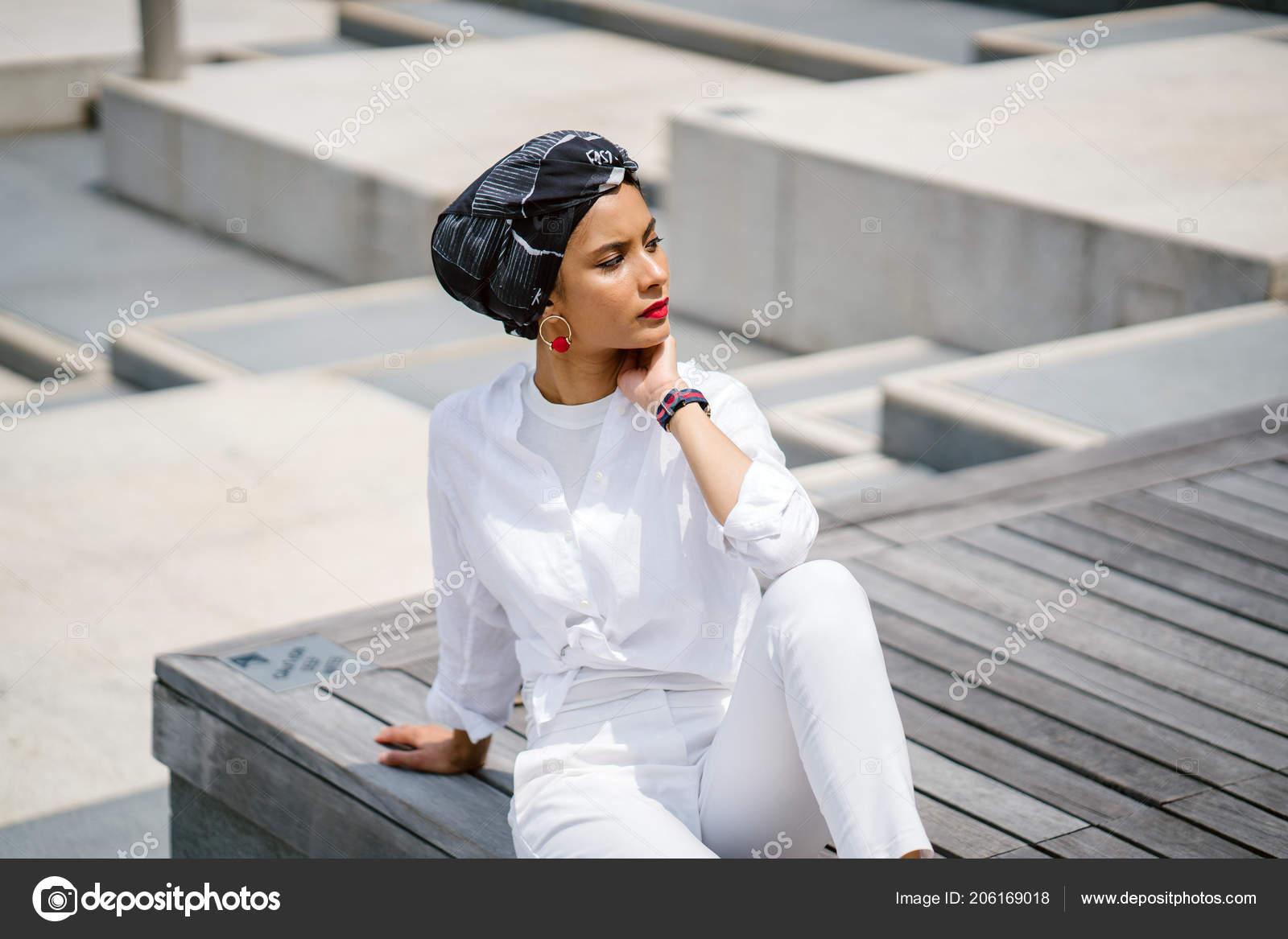 c17a1a960f9 Portrait Une Jeune Femme Musulmane Portant Turban Foulard Hijab Elle ...