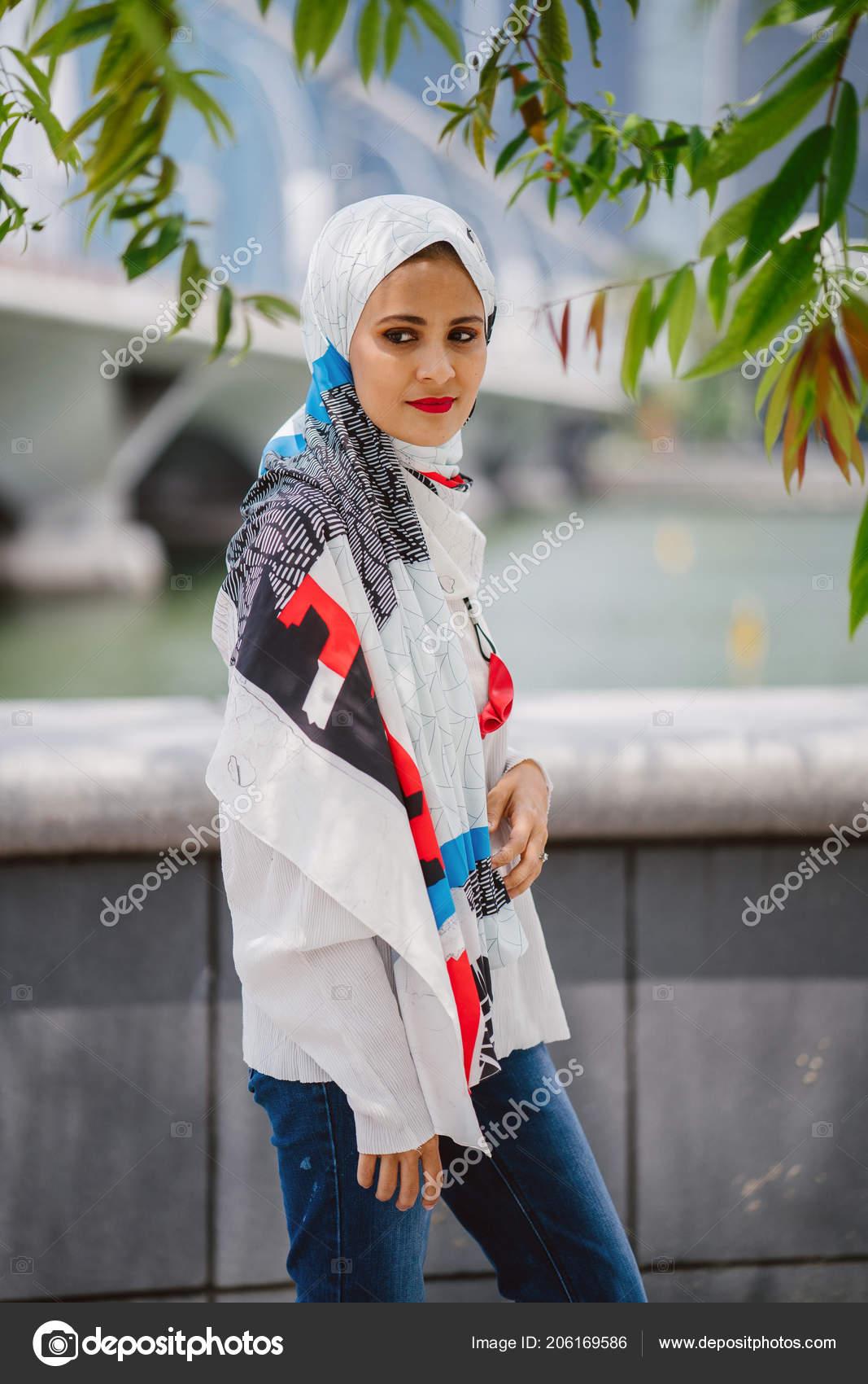 19285b38dfe Portrait d une jeune femme musulmane portant un foulard. Elle est élégante  et attrayante– images de stock libres de droits