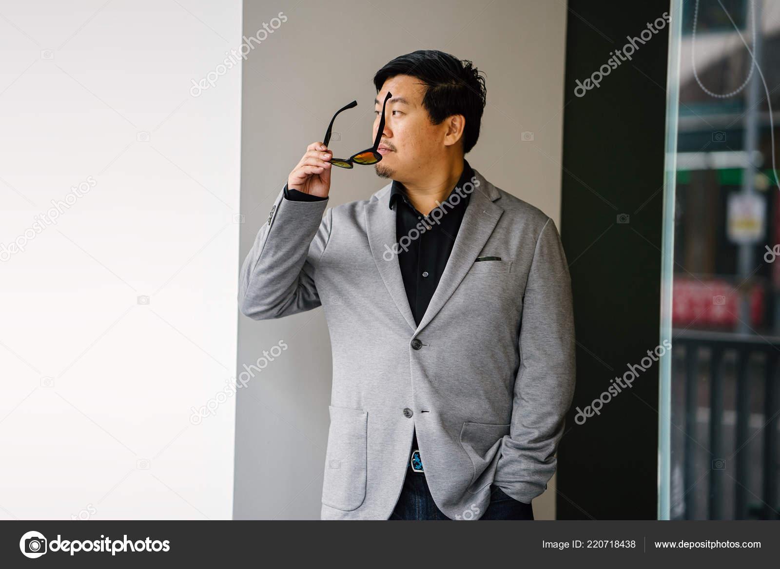Porträt Von Einem Chinesischen Asiatischen Mann Grauen Anzug