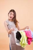 aufgeregt überrascht chinesische Asiatin Tuch Wäschekorb tragen; Porträt von Mädchen Hausangestellte, Haushälterin Frau, Hausfrau, Frau Magd halten Wäschekorb Tuch; asiatische junge Frau Modell