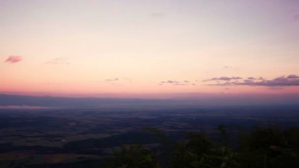 Posouvání záběr horské a barevné nebe krajina za soumraku z pohledu. Malebný pohled horské lesní krajiny s kamerou pan zprava doleva