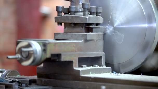 Kovové obchod. Frézovací stroj operátor pracuje v továrně dílně. Zmenšení soustruh v akci
