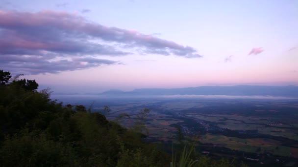 Posouvání záběr horské a barevné nebe krajina za soumraku z pohledu. Malebný pohled horské lesní krajiny s kamerou pan doprava