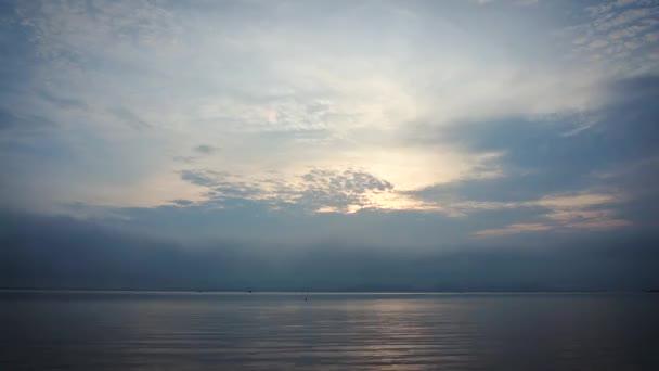 Ambientazione tranquilla di alba di luce del mattino con nuvoloso e uccelli che volano nel cielo sopra vista sul mare. Armonia della natura, sfondo di serenità