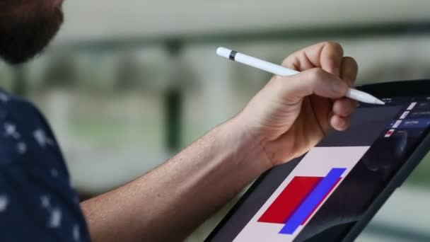 Grafický designér, kreslení na digitálním tabletu s digitální pero