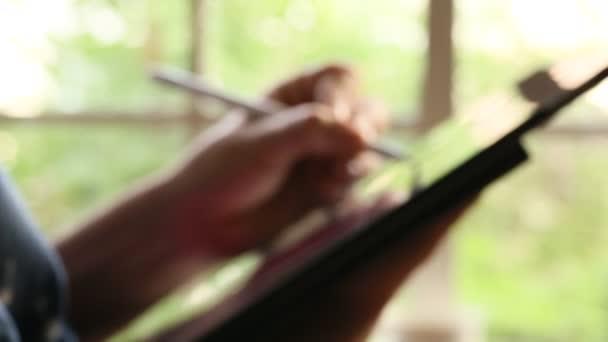 Ruka grafické návrháře čerpání na digitální tablet perem stylus