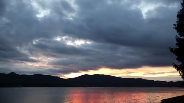 De nagyon dinamikus reggel, napkeltekor gyorsított őszi lenyűgöző nyugodt Dospat-tó, beleértve a kék óra és az arany óra, csodálatos mozgás, a színek és a felhők. Rhodope mountains, Bulgária