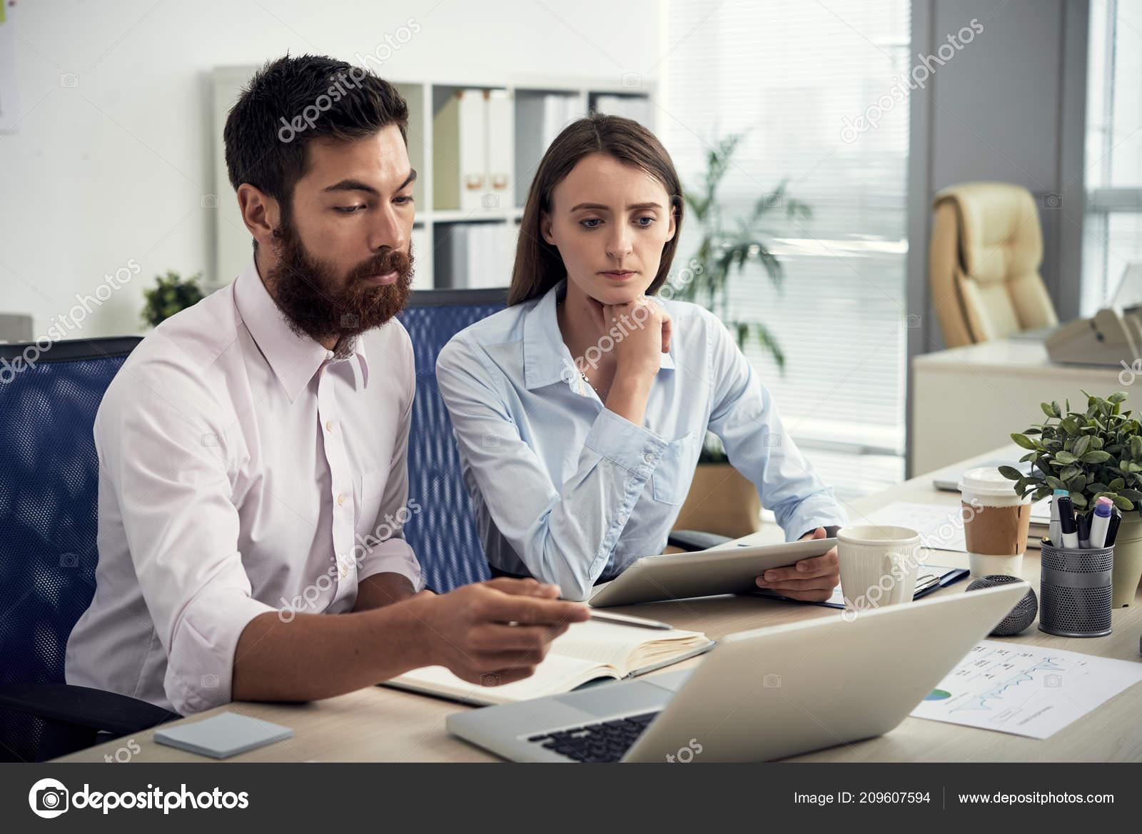 Deux femmes travaillant à l ordinateur dans le bureau contemporain