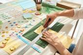 Creazione di carta fatta a mano di saluto con il righello, taglierino e documenti