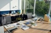Tabulky s dokumenty a počítače, prázdné kanceláře interiéru