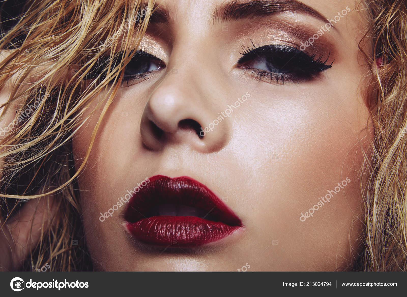 Gesicht Der Wunderschöne Junge Frau Mit Roten Lippen Und Leuchtenden