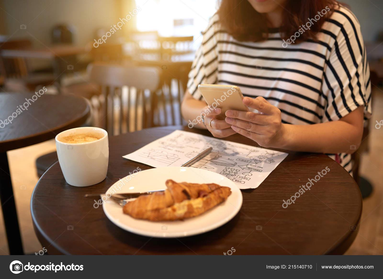 Teilansicht Des Weiblichen Mit Handy Café Tisch Mit Tasse