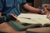 Közeli kép a tanuló összetétel vagy esszé írás tankönyv