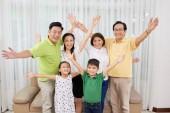 Radostné Velká Vietnamská rodina při pohledu na fotoaparát
