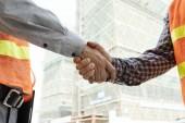 Mistr a stavební inženýr potřesení rukou před zahájením prací na projektu obtížné