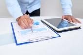 Detail obrazu podnikatel analýze finanční grafu a tvorby zisku předpověď