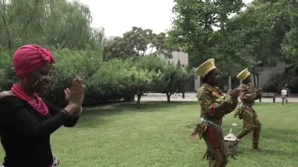 africké ženy tančí lidový tanec v kroji a sing, detail