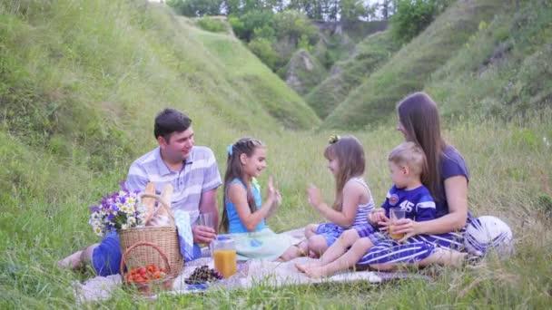Evropská rodina si odpočinout na přírodu